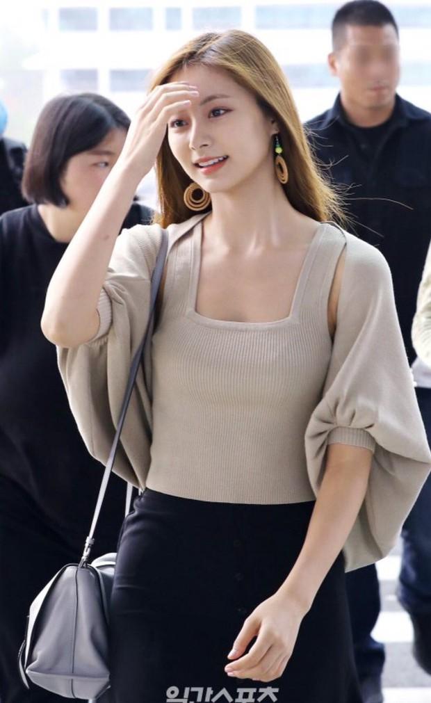 Nữ thần thế hệ mới Tzuyu (TWICE) gây choáng với vẻ đẹp xuất thần và biểu cảm của nhân viên sân bay nói lên tất cả - Ảnh 6.