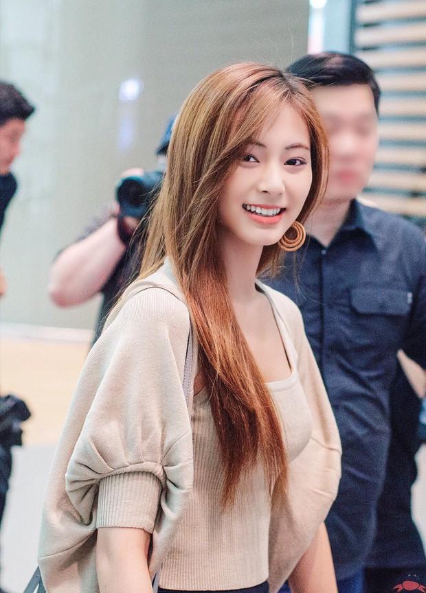 Nữ thần thế hệ mới Tzuyu (TWICE) gây choáng với vẻ đẹp xuất thần và biểu cảm của nhân viên sân bay nói lên tất cả - Ảnh 8.