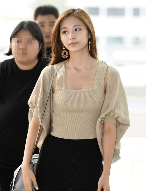 Nữ thần thế hệ mới Tzuyu (TWICE) gây choáng với vẻ đẹp xuất thần và biểu cảm của nhân viên sân bay nói lên tất cả - Ảnh 7.