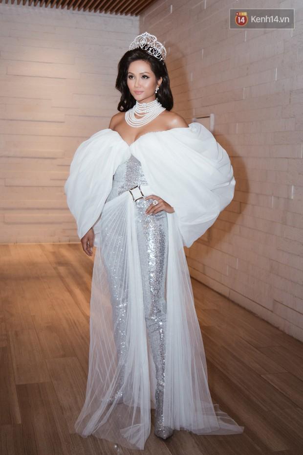 HHen Niê diện style khác lạ, Mâu Thủy hở bạo khoe ngực đầy trong sự kiện khởi động Miss Universe Việt Nam 2019 - Ảnh 4.