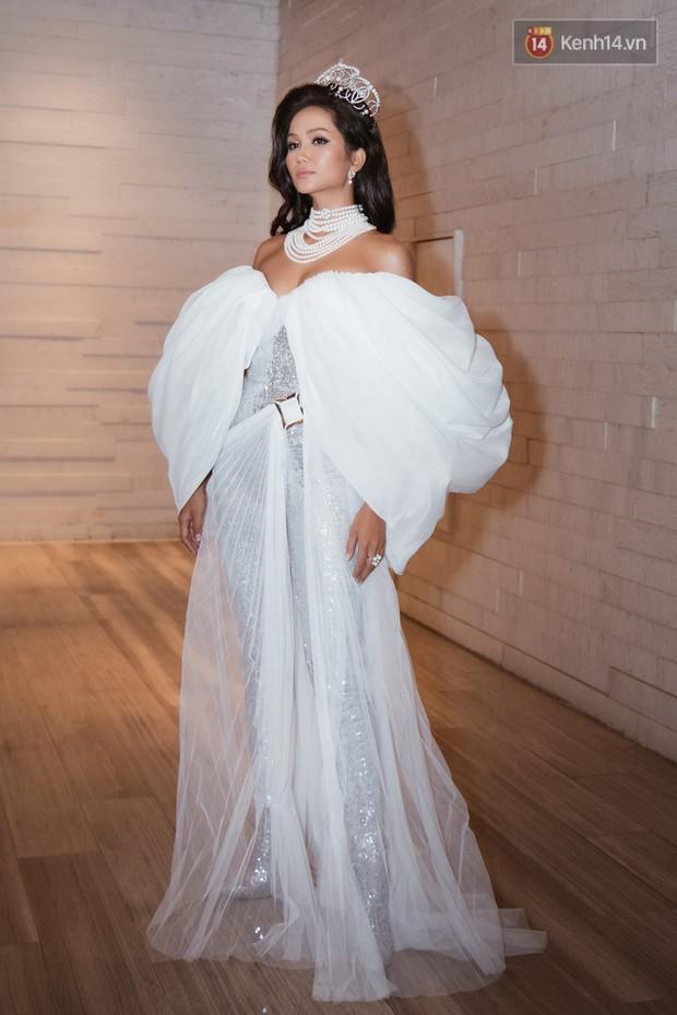 HHen Niê diện style khác lạ, Mâu Thủy hở bạo khoe ngực đầy trong sự kiện khởi động Miss Universe Việt Nam 2019 - Ảnh 3.