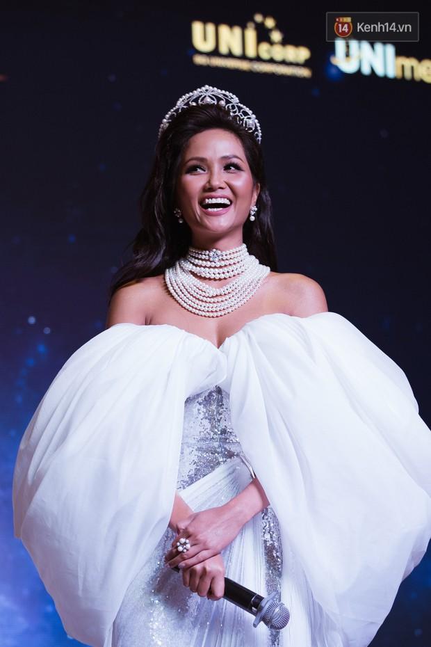 HHen Niê diện style khác lạ, Mâu Thủy hở bạo khoe ngực đầy trong sự kiện khởi động Miss Universe Việt Nam 2019 - Ảnh 15.