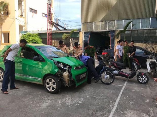 Xe ô tô điên gây tai nạn liên hoàn rồi bỏ trốn - Ảnh 2.