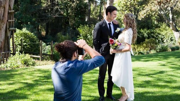 Ảnh chụp đám cưới bỗng thành thảm họa xóa phông vì sự hiện diện của chiếc iPhone tai hại - Ảnh 1.