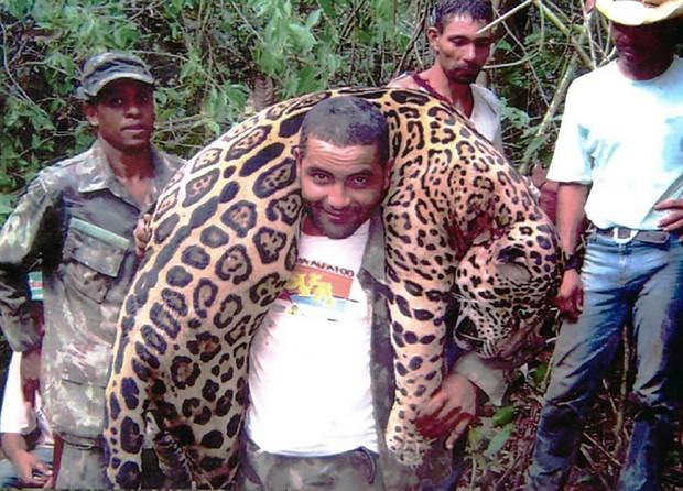 Cặp đôi Canada bị người yêu động vật kịch liệt lên án vì khóa môi bên xác sư tử quý hiếm vừa săn - Ảnh 4.