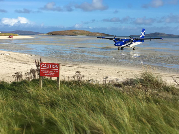 Khó tin nhưng có thật: Sân bay duy nhất trên thế giới có đường băng nằm trên mặt nước biển - Ảnh 4.