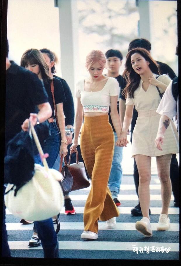 Nữ hoàng sân bay gọi tên BLACKPINK: Jennie khoe vòng 1 sexy quá trời đất, Rosé bùng nổ nhan sắc mặc ảnh chụp vội - Ảnh 6.