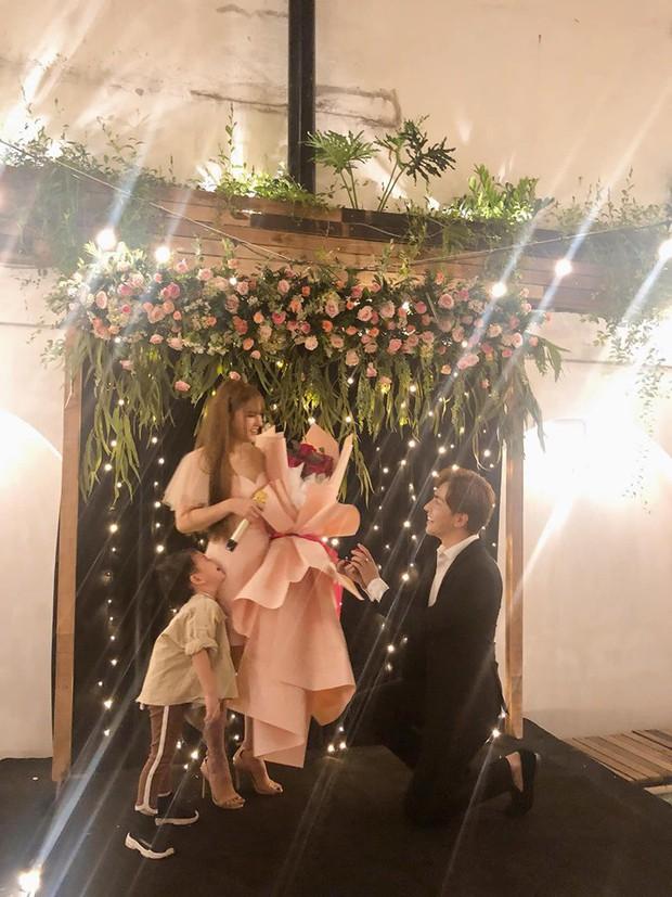 Trọn vẹn lễ Vu quy của ca sĩ Thu Thủy: Cô dâu e ấp bên bạn đời kém 10 tuổi, hạnh phúc nhận lời chúc của hai bên gia đình - Ảnh 2.