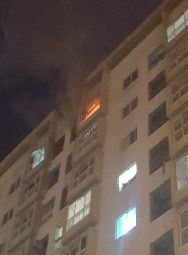 Thắp hương cúng rằm làm cháy chung cư ở Đà Nẵng, nhiều người tháo chạy trong đêm - Ảnh 1.