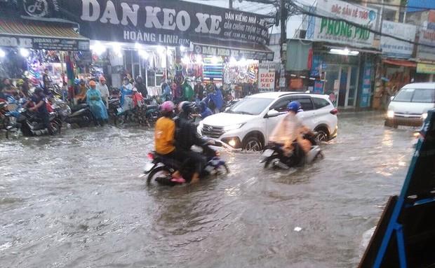 Clip: Vật lộn giữa dòng nước chảy xiết trên đường phố Sài Gòn, xe máy suýt bị cuốn trôi - Ảnh 5.
