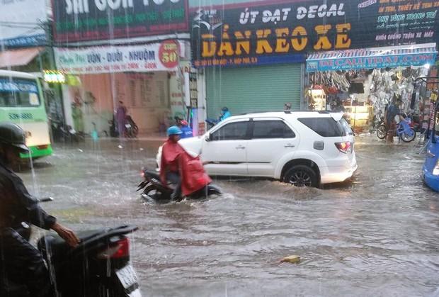 Clip: Vật lộn giữa dòng nước chảy xiết trên đường phố Sài Gòn, xe máy suýt bị cuốn trôi - Ảnh 4.