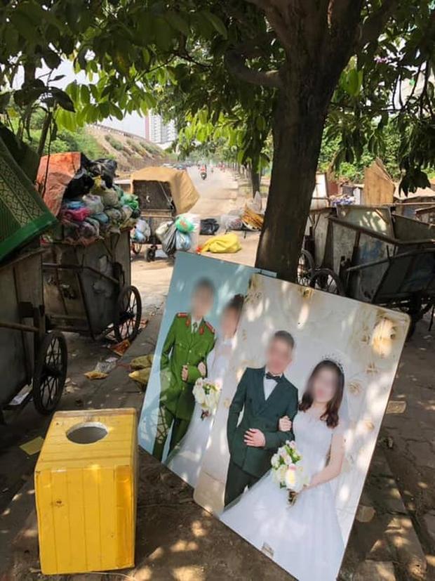 Nhìn 2 bức ảnh cưới đặt cạnh nhau giữa nơi tập kết rác mà bao người đượm buồn - Ảnh 1.