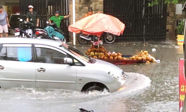 Clip: Vật lộn giữa dòng nước chảy xiết trên đường phố Sài Gòn, xe máy suýt bị cuốn trôi - Ảnh 6.