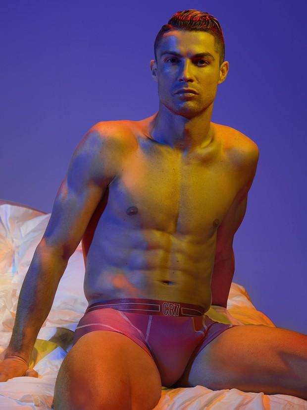 Hội mê trai đẹp chú ý: Ronaldo vừa tung ra bộ ảnh cực chất, khoe trọn cơ bụng 6 múi cùng body chuẩn đét - Ảnh 1.
