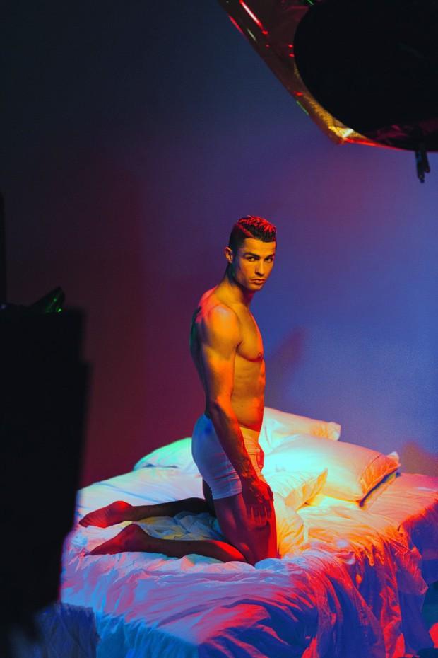 Hội mê trai đẹp chú ý: Ronaldo vừa tung ra bộ ảnh cực chất, khoe trọn cơ bụng 6 múi cùng body chuẩn đét - Ảnh 5.