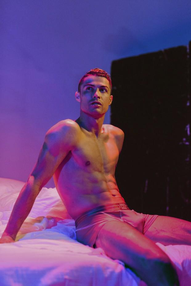 Hội mê trai đẹp chú ý: Ronaldo vừa tung ra bộ ảnh cực chất, khoe trọn cơ bụng 6 múi cùng body chuẩn đét - Ảnh 3.