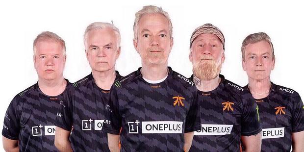 Không thể nhịn cười với trào lưu chế ảnh sau 50 năm của cộng đồng Dota 2 cho những đội tuyển tham dự TI9 - Ảnh 12.