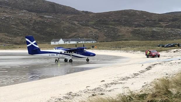 Khó tin nhưng có thật: Sân bay duy nhất trên thế giới có đường băng nằm trên mặt nước biển - Ảnh 2.