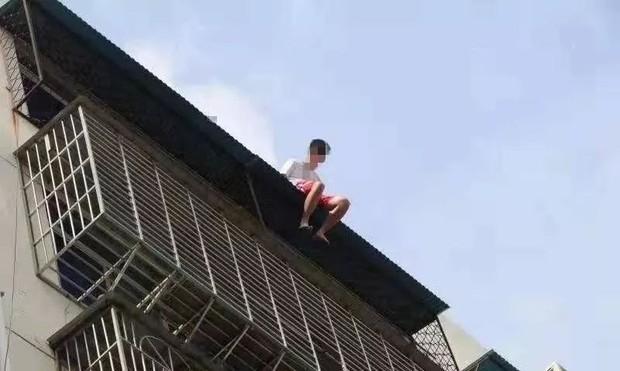 Nam thanh niên 19 tuổi ngồi thất thần trên nóc nhà 7 tầng chuẩn bị nhảy lầu tự tử và nguyên nhân đến từ chính bố mẹ - Ảnh 1.