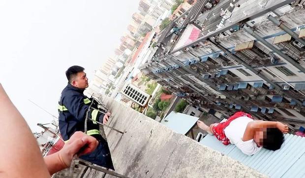 Nam thanh niên 19 tuổi ngồi thất thần trên nóc nhà 7 tầng chuẩn bị nhảy lầu tự tử và nguyên nhân đến từ chính bố mẹ - Ảnh 2.