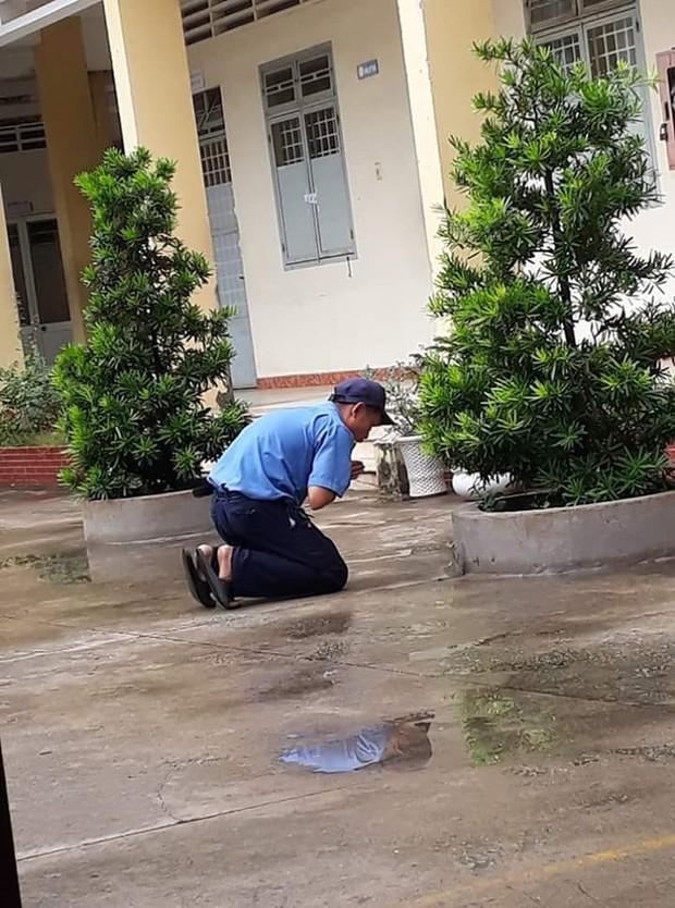 Quỳ ở một góc sân trường cầu cho học sinh đỗ tốt nghiệp 100%, bác bảo vệ dễ thương nhất năm là đây rồi! - Ảnh 1.