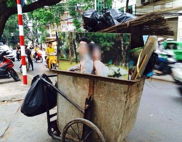 Nhìn 2 bức ảnh cưới đặt cạnh nhau giữa nơi tập kết rác mà bao người đượm buồn - Ảnh 3.