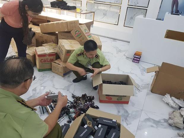 Thu giữ hàng ngàn sản phẩm nhái, giả ở chợ Bến Thành và Sài Gòn Square - Ảnh 1.