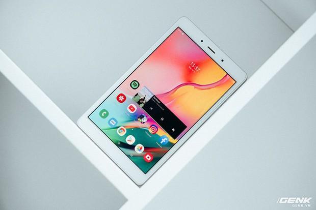 """Mở hộp Galaxy Tab A 8.0 mới: Một mình một cõi """"điện thoại bảng"""", ngoài màn hình lớn ra còn gì hay không? - Ảnh 1."""