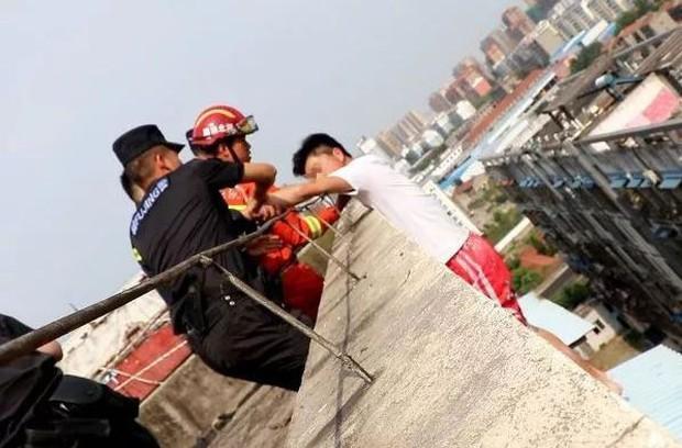 Nam thanh niên 19 tuổi ngồi thất thần trên nóc nhà 7 tầng chuẩn bị nhảy lầu tự tử và nguyên nhân đến từ chính bố mẹ - Ảnh 3.