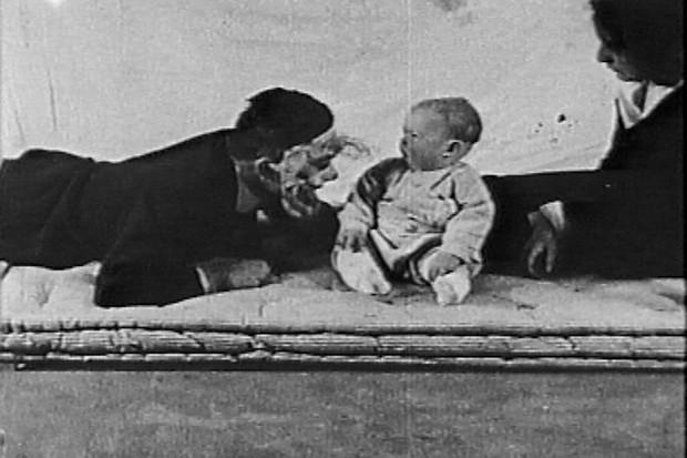 Loạt thí nghiệm tâm lý về tình mẫu tử bị chỉ trích là vô nhân đạo nhưng lại đặt nền tảng cho phương pháp nuôi dạy con của cha mẹ hiện đại - Ảnh 3.