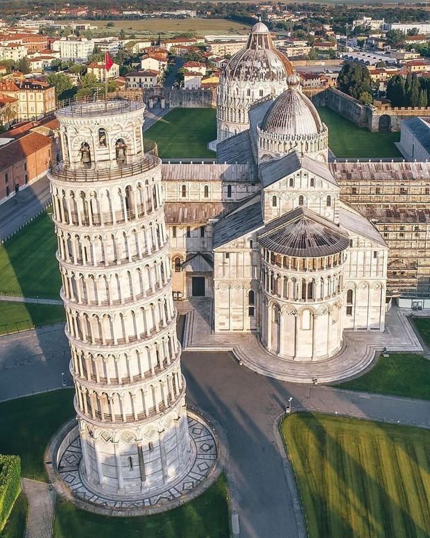 """""""Ngả nghiêng cùng năm tháng"""" siêu nổi tiếng ở nước Ý, hóa ra vào mùa hè trông tháp Pisa lại """"thẳng thớm"""" hơn? - Ảnh 2."""