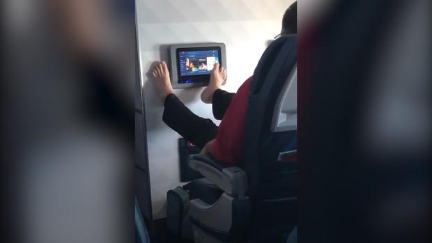 Người đàn ông nhận mưa gạch đá khi thản nhiên dùng chân điều khiển màn hình giải trí trên máy bay - Ảnh 2.