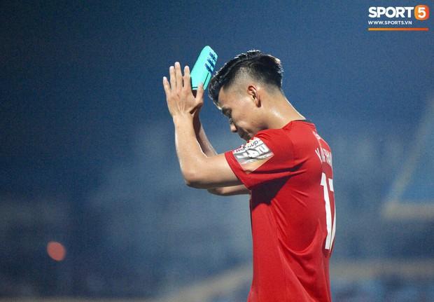 Văn Thanh không hài lòng, phản ứng với ban huấn luyện khi bị thay ra giữa trận gặp Hà Nội FC - Ảnh 7.