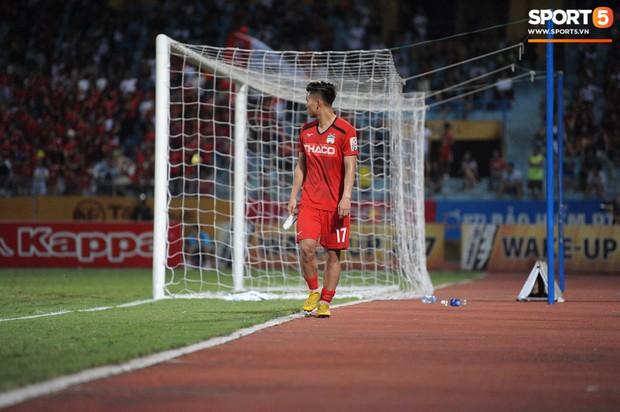 Văn Thanh không hài lòng, phản ứng với ban huấn luyện khi bị thay ra giữa trận gặp Hà Nội FC - Ảnh 6.