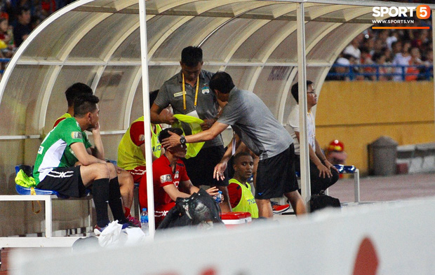 Văn Thanh không hài lòng, phản ứng với ban huấn luyện khi bị thay ra giữa trận gặp Hà Nội FC - Ảnh 10.