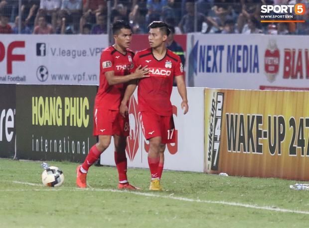 Văn Thanh không hài lòng, phản ứng với ban huấn luyện khi bị thay ra giữa trận gặp Hà Nội FC - Ảnh 2.