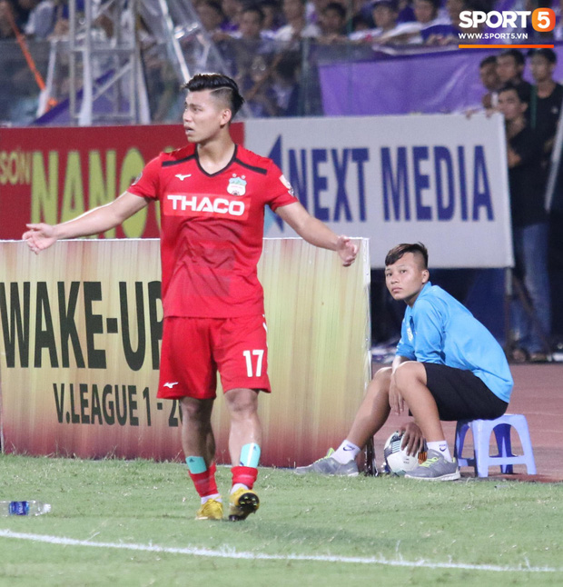 Văn Thanh không hài lòng, phản ứng với ban huấn luyện khi bị thay ra giữa trận gặp Hà Nội FC - Ảnh 3.