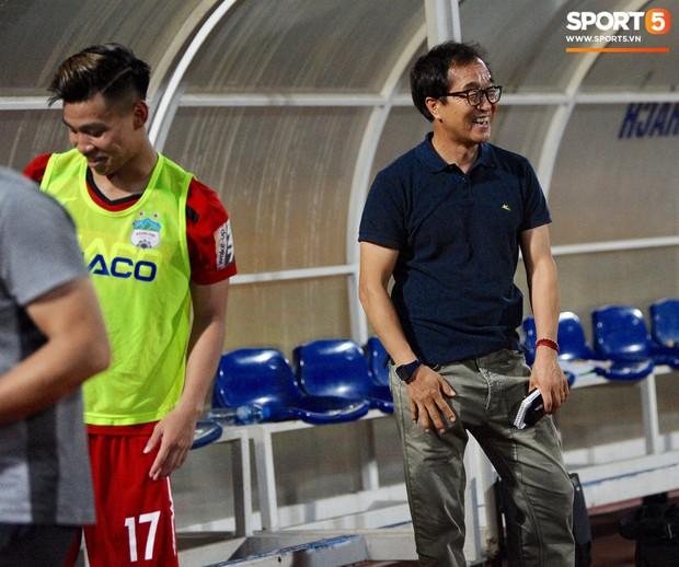 Văn Thanh không hài lòng, phản ứng với ban huấn luyện khi bị thay ra giữa trận gặp Hà Nội FC - Ảnh 13.