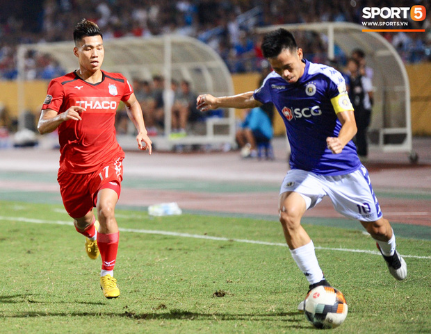 Văn Thanh không hài lòng, phản ứng với ban huấn luyện khi bị thay ra giữa trận gặp Hà Nội FC - Ảnh 1.