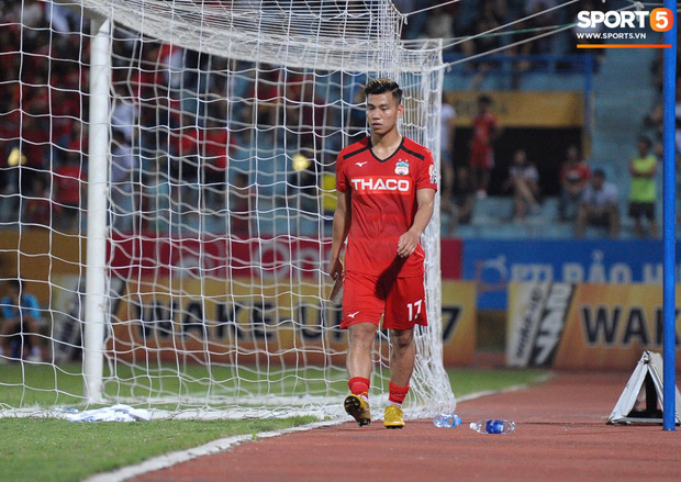 Văn Thanh không hài lòng, phản ứng với ban huấn luyện khi bị thay ra giữa trận gặp Hà Nội FC - Ảnh 4.