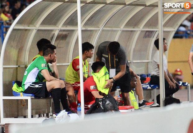 Văn Thanh không hài lòng, phản ứng với ban huấn luyện khi bị thay ra giữa trận gặp Hà Nội FC - Ảnh 11.