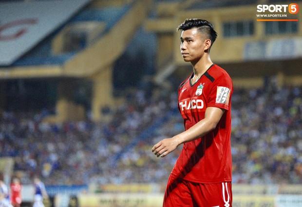 Văn Thanh không hài lòng, phản ứng với ban huấn luyện khi bị thay ra giữa trận gặp Hà Nội FC - Ảnh 5.