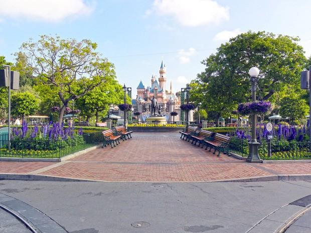 """Bất ngờ trước cảnh tượng """"vắng như chùa bà đanh"""" của công viên Disneyland nổi tiếng thế giới, nguyên nhân do đâu? - Ảnh 4."""