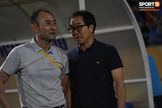 Văn Thanh không hài lòng, phản ứng với ban huấn luyện khi bị thay ra giữa trận gặp Hà Nội FC - Ảnh 12.
