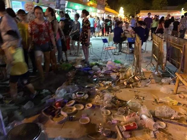 Sốc với cảnh tượng rác ngập tận mắt đêm khai mạc Festival Văn hóa ẩm thực du lịch Quốc tế ở Nghệ An - Ảnh 2.