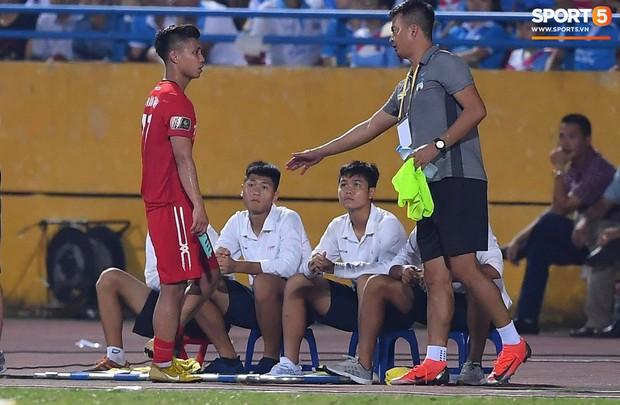 Văn Thanh không hài lòng, phản ứng với ban huấn luyện khi bị thay ra giữa trận gặp Hà Nội FC - Ảnh 8.