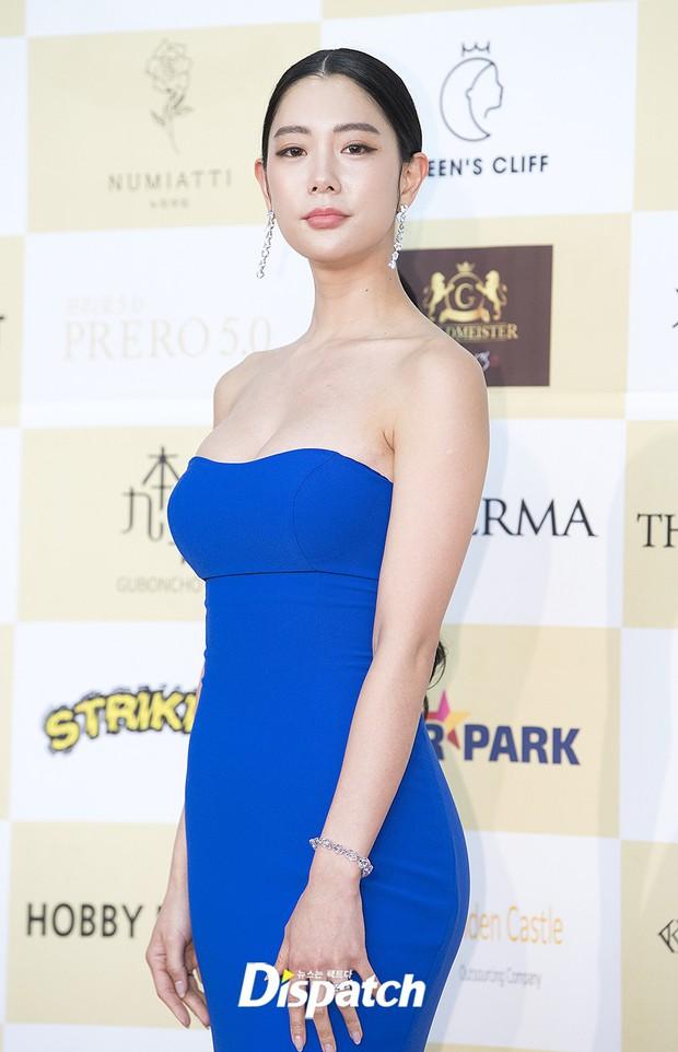 Thảm đỏ khủng: Bom sex Clara chiêu trò bức tử vòng 1 siêu to khổng lồ, Lee Sung Kyung sang chảnh bên thái tử - Ảnh 4.