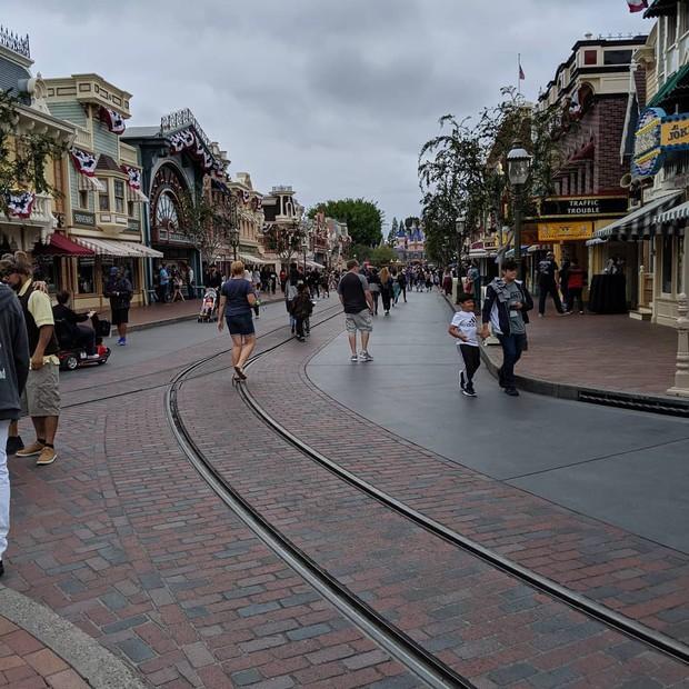 """Bất ngờ trước cảnh tượng """"vắng như chùa bà đanh"""" của công viên Disneyland nổi tiếng thế giới, nguyên nhân do đâu? - Ảnh 7."""