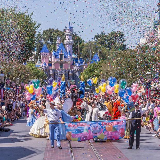 """Bất ngờ trước cảnh tượng """"vắng như chùa bà đanh"""" của công viên Disneyland nổi tiếng thế giới, nguyên nhân do đâu? - Ảnh 3."""