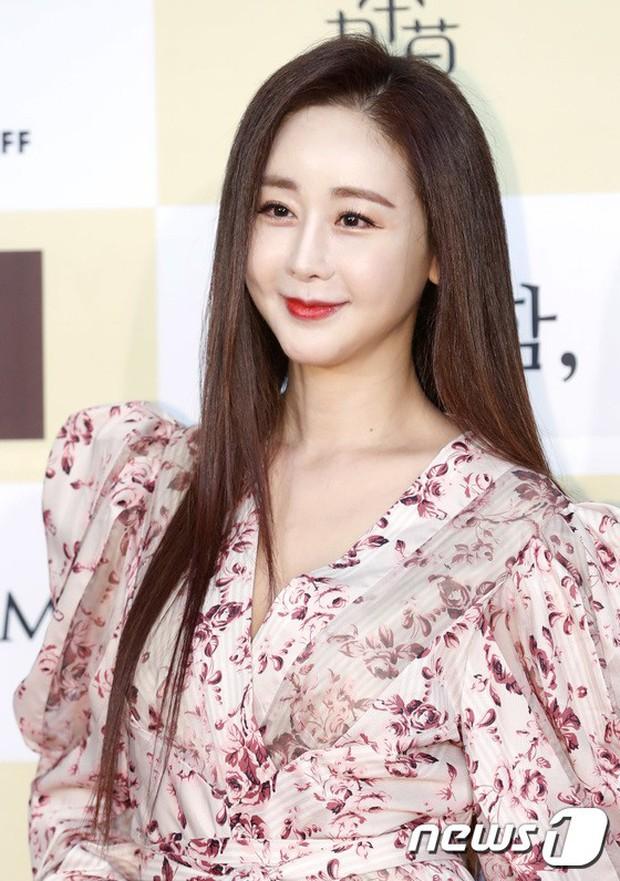 Thảm đỏ khủng: Bom sex Clara chiêu trò bức tử vòng 1 siêu to khổng lồ, Lee Sung Kyung sang chảnh bên thái tử - Ảnh 18.